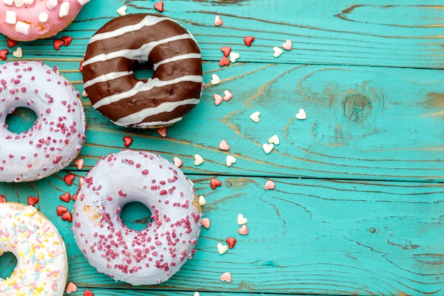 Donuts em fundo de madeira colorido