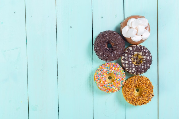 Donuts em fundo de madeira
