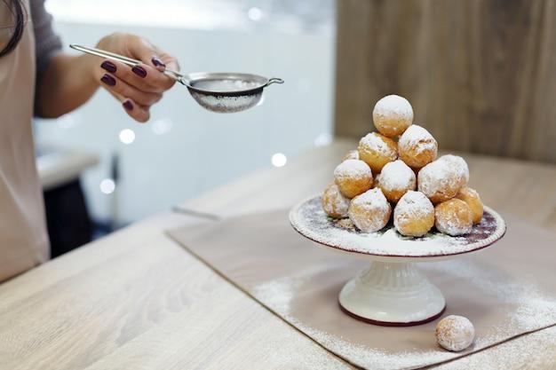Donuts em uma bandeja polvilhada com açúcar de confeiteiro