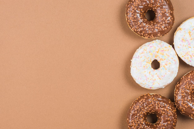 Donuts geados no fundo marrom