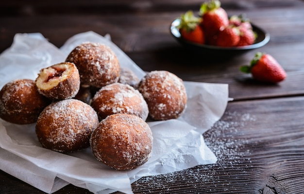 Donuts italianos recheados com geléia de morango