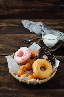 Donuts na mesa de madeira
