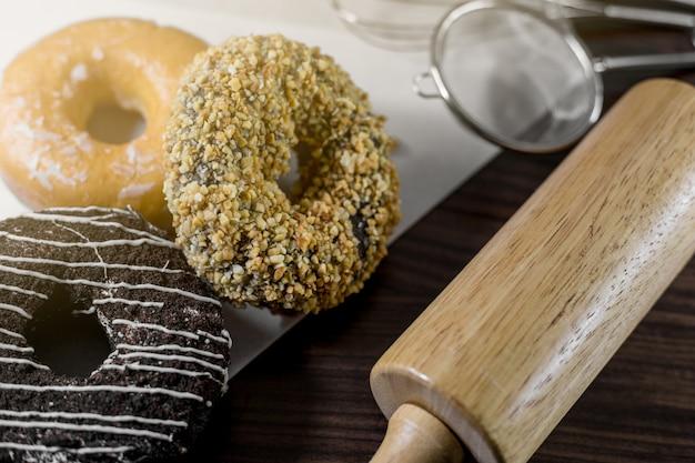 Donuts variados com chocolate fosco, rosa vidros e polvilha donuts