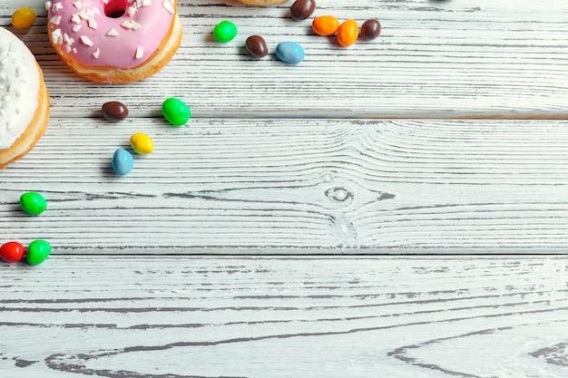 Donuts vitrificadas em fundo de madeira