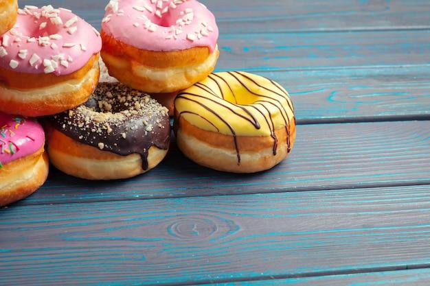 Donuts vitrificadas na mesa de madeira