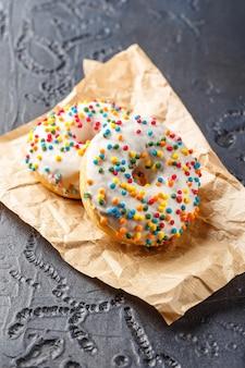 Donuts vitrificados com vários granulados