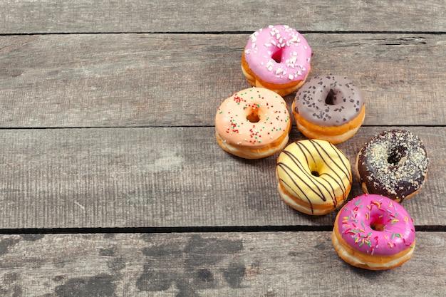 Donuts vitrificados em fundo de madeira