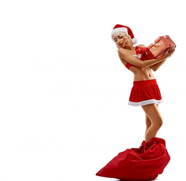 Donzela de neve segurando um presente, em pé no saco vermelho.