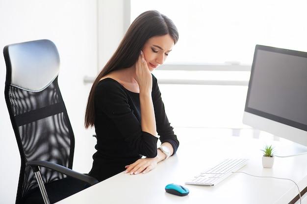 Dor. bela empresária, sofrendo de dor em seu escritório