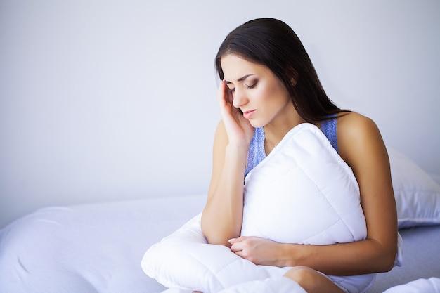 Dor cansada exausta mulher estressada, sofrendo de forte dor nos olhos.