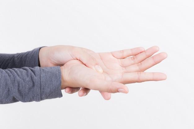 Dor da mão da mulher no fundo branco, conceitos da saúde e da doença