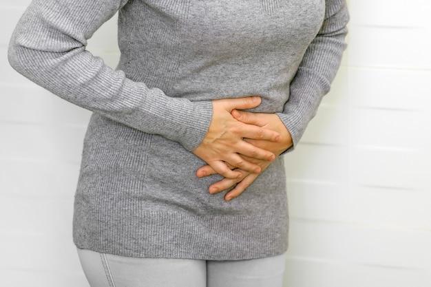Dor de barriga, indigestão ou menstruação. mulher que sofre de forte dor de estômago, dor abdominal.