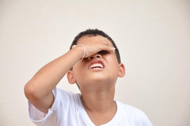 Dor de cabeça de menino asiático
