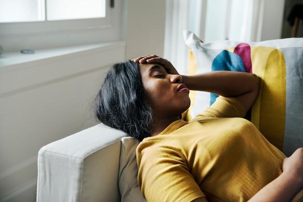 Dor de cabeça de mulher negra e dormir