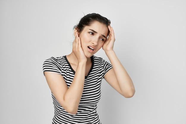 Dor de cabeça de mulher síndrome dolorosa desconforto luz de fundo