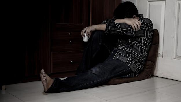 Dor de cabeça do empresário e tomar remédio. desemprego e problema de saúde mental. transtorno de estresse pós-traumático (ptsd). problemas econômicos para trabalhadores na ásia.