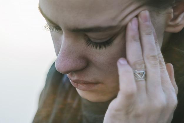 Dor de cabeça em uma jovem mulher