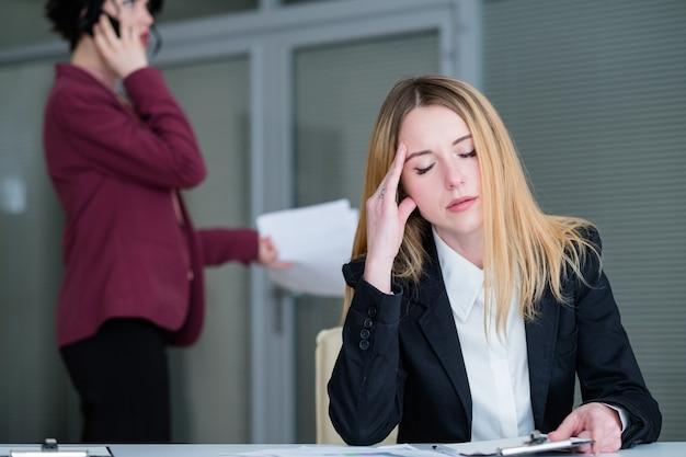 Dor de cabeça, fadiga, mulher cansada esfregando o escritório do templo
