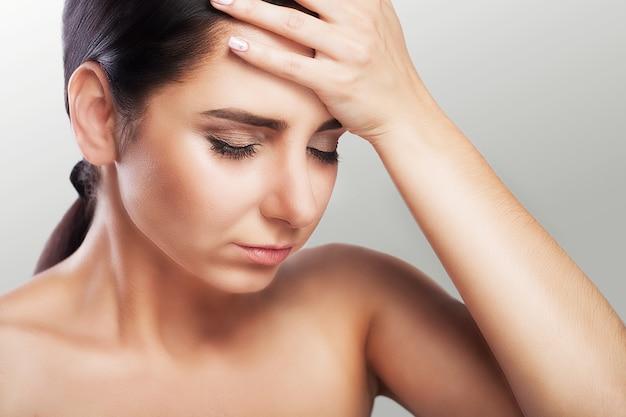 Dor de cabeça feminina. sensação dolorosa na minha cabeça depois de um dia de trabalho duro. mygreen o conceito de saúde.