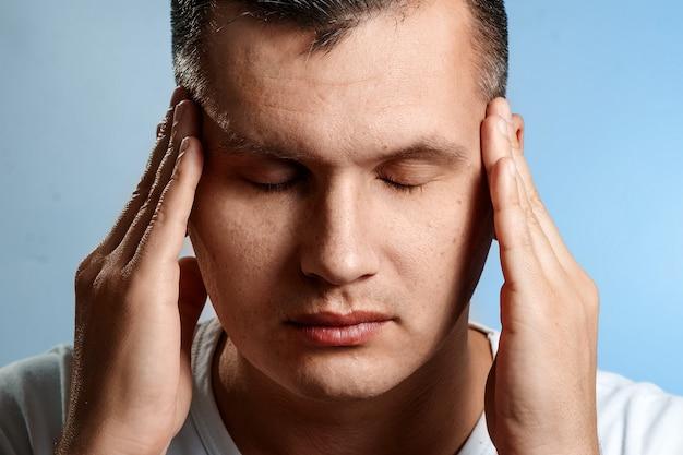 Dor de cabeça. retrato de um close de homem. conceito do processo de pensamento