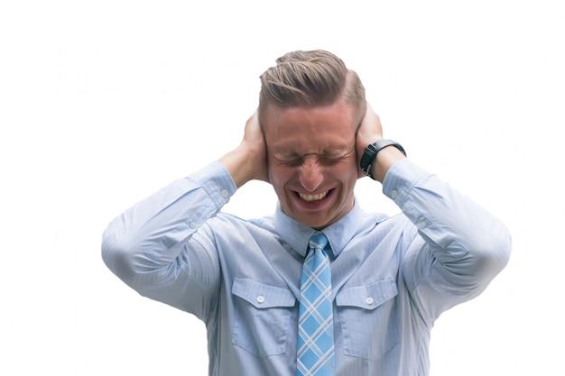 Dor de cabeça severa, dor de cabeça severa, homem caucasiano que sofre da cabeça dolorosa isolada no fundo branco.