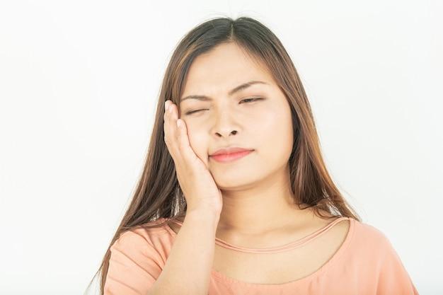 Dor de dente e problemas no canal radicular inchaço nas gengivas e dor