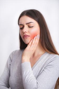 Dor de dente. mulher bonita sentindo fortes dores, dor de dente