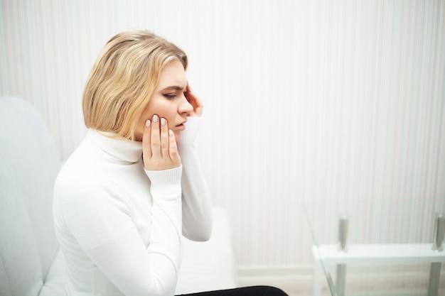 Dor de dente. mulher bonita, sentindo fortes dores, dor de dente