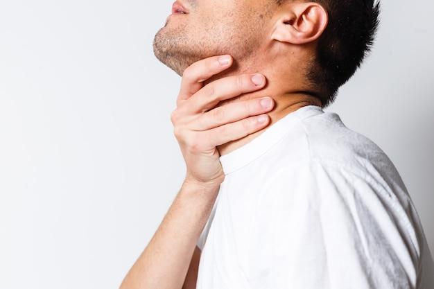 Dor de garganta de um homem. tocando no pescoço. ponto vermelho
