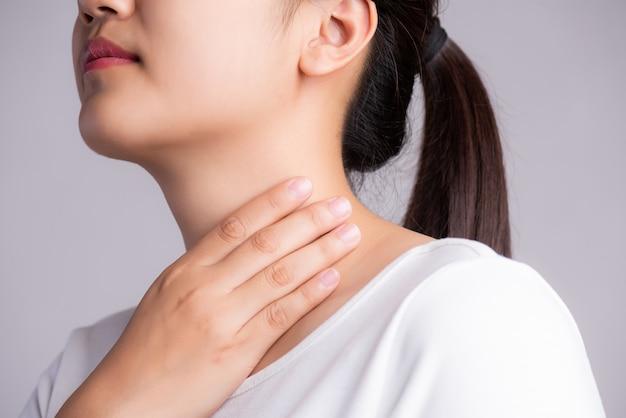 Dor de garganta. mão de mulher tocando seu pescoço doente. conceito de saúde.