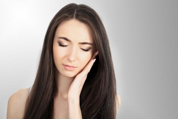 Dor de garganta. mulher bonita com dor de garganta, sentindo-se doente. fêmea doente infeliz que sofre de dolorosa deglutição, forte dor na garganta, segurando a mão no pescoço. conceito de saúde.