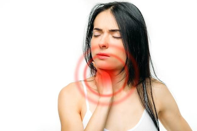 Dor de garganta, mulher doente em branco.