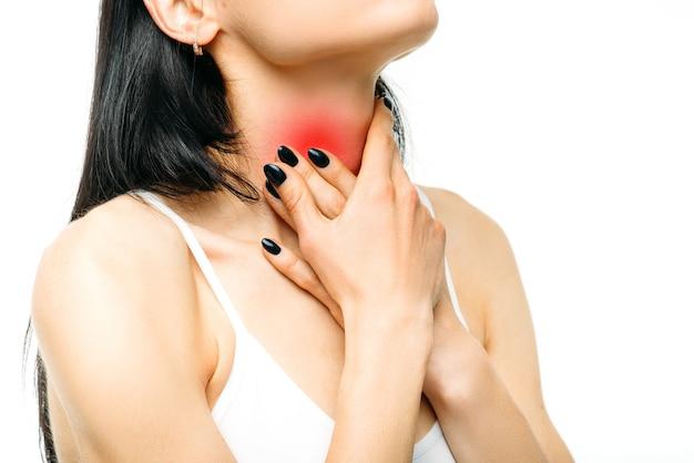 Dor de garganta, mulher dolorida em branco.