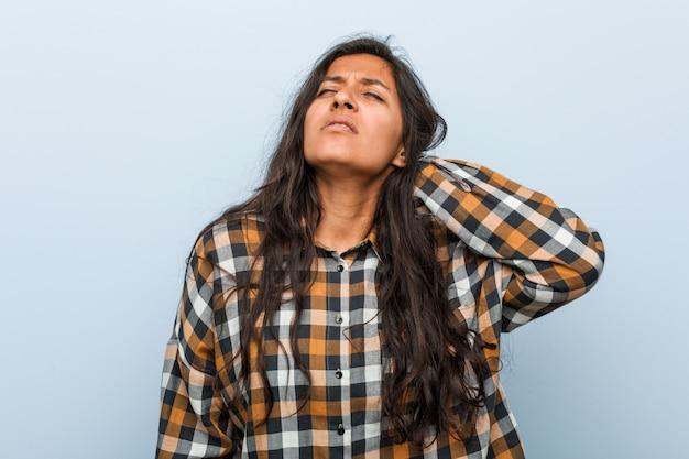 Dor de pescoço de sofrimento da mulher indiana fresca nova devido ao estilo de vida sedentariamente.