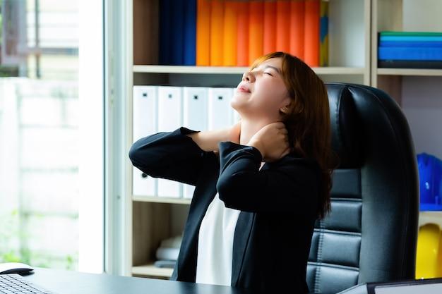 Dor de pescoço jovem mulher trabalhadora