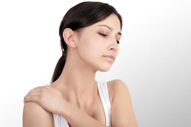 Dor de pescoço. mulher bonita com dor no pescoço, sentimento doloroso