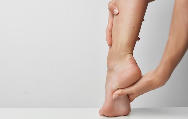 Dor de problemas de saúde de bandagem de perna feminina de ferimento de verão.