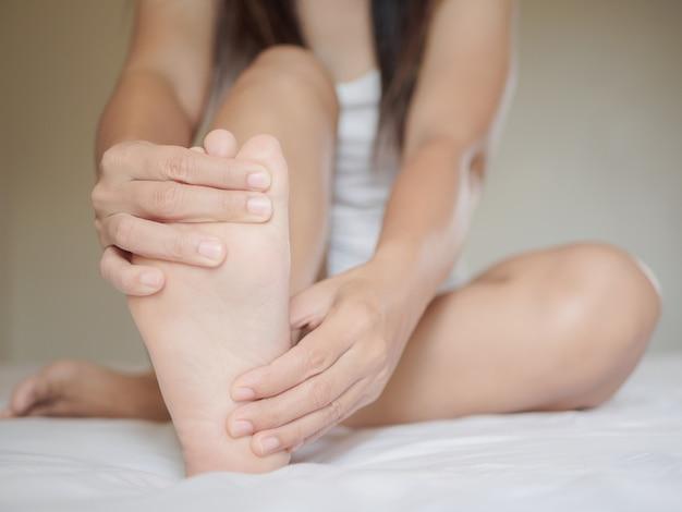 Dor do pé feminino, conceito de cuidados de saúde.