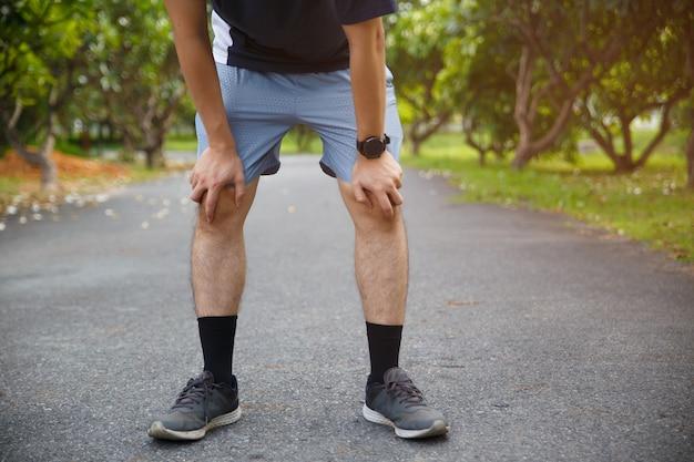 Dor e lesão no joelho do atleta corredor masculino