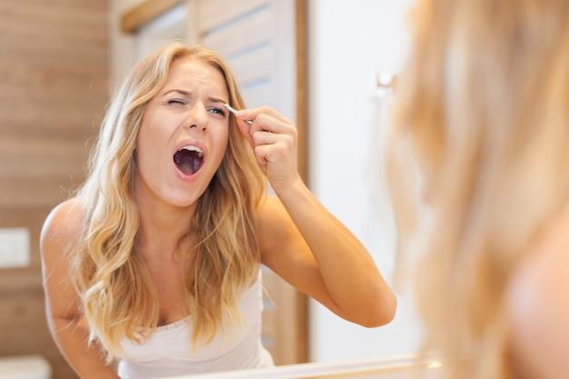 Dor enorme durante a pinça das sobrancelhas