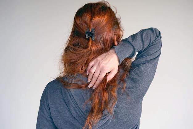 Dor grave no pescoço em mulheres