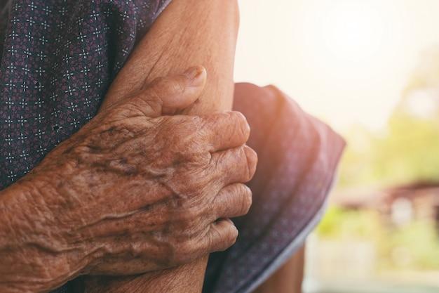 Dor muscular de mulher velha.
