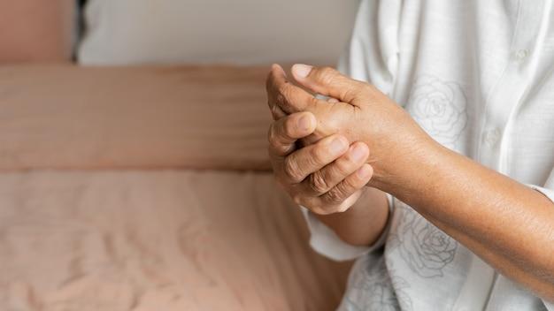 Dor na mão da velha, problema de saúde do conceito sênior