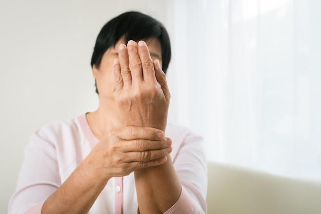Dor na mão do pulso da velha