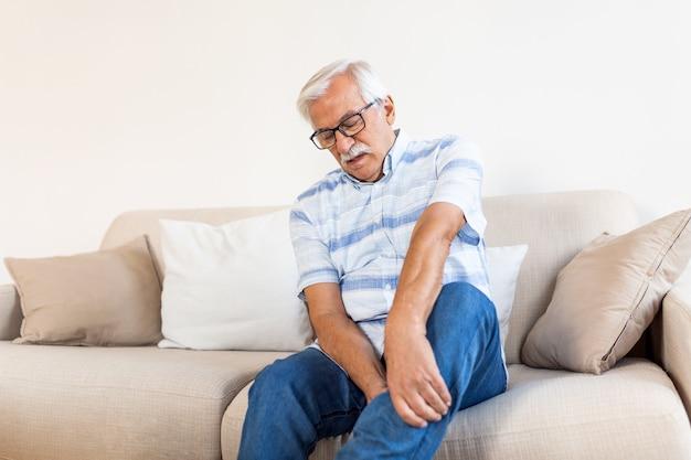 Dor na perna de um homem idoso