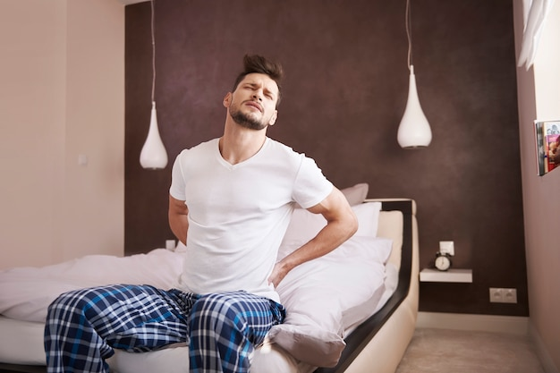 Dor nas costas matinal não é nada agradável