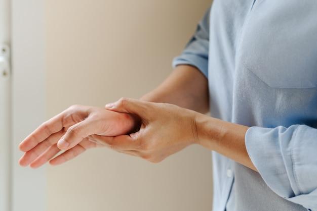 Dor no braço mulher pulso trabalhando muito