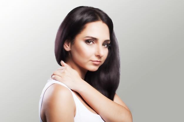 Dor no ombro. a mulher segura as duas mãos sobre o pescoço e os ombros. luxação. frio. tensão muscular.