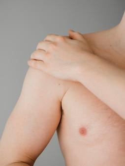 Dor no ombro do paciente em close-up