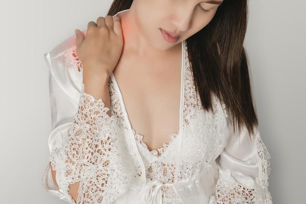 Dor no ombro ou ombro deslocado em uma mulher